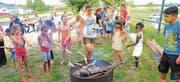 Beim Familienfest ist das Angebot vielseitig. Hier backen die Kinder Schlangenbrot über dem Feuer. (Bild: pd)