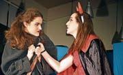 Clinch unter starken Frauen: Die Hexe (Fabienne Müller) wird von Mephista (Flavia Scherrer) bedroht. (Bild: Monika Wick)
