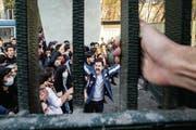Studenten protestieren in der Teheraner Universität gegen die iranischen Machthaber. (Bild: Stringer/Anadolu Agency)