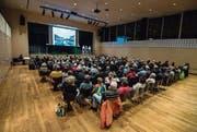 Die Projektverantwortlichen der Vorlage Romanshornerstrasse informieren die Besucher im Dreispitz-Saal. (Bild: Reto Martin)
