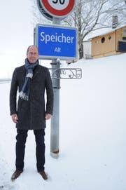 Einer der Lieblingsplätze von Roland Fischer ist bei der Ortseingangstafel. (Bild: Astrid Zysset)