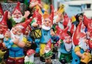 Auf dem Schmäuslemarkt in Appenzell sind sie nicht zu übersehen: Der Bazar Hersche hat über 150 verschiedene Zwerge im Sortiment. (Bild: mge)