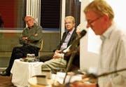 Otmar Elsener stellt sein neues Buch vor: Am Podium beteiligten sich Publizist Christian Ledergerber und Historiker Louis Specker (von links). Marcel Elsener (im Vordergrund) liest Passagen aus «Rorschach – Geschichten aus der Region». (Bilder: Rudolf Hirtl)