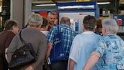 Ein Mitarbeiter der Pro Senectute erklärt den Seniorinnen und Senioren das Billettlösen am SBB-Automaten. (Bild: PD)