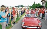 Triumphfahrt im alten Triumph: Daniel und Martin Hubmann lassen sich von ihren Fans feiern. (Bild: Christoph Heer)