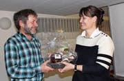 Präsident Hans Hörler überreicht der Referentin Katja Reitt als Dank Produkte aus der Region. (Bild: Trudi Krieg)