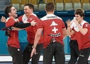Peter de Cruz, Claudio Pätz, Valentin Tanner und Benoît Schwarz (von links) feiern ihre Bronzemedaille. (Bild: Alexandra Wey/KEY)