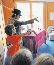 Kinder erfahren vom Zauberer, wie man sich der Magie bedient. (Bild: Michael Hug)