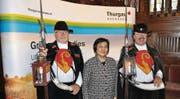 Auch die indonesische Botschafterin in der Schweiz, flankiert von zwei Nachtwächtern aus Bischofszell, liess sich einen Thurgauer «Pass» ausstellen. (Bild: Michèle Vaterlaus)