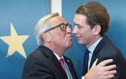 Der österreichische Aussenminister und designierte Bundeskanzler Sebastian Kurz (rechts) wird von EU-Kommissionspräsident Jean-Claude Juncker am EU-Gipfel überschwänglich willkommen geheissen. (Bild: Olivier Hoslet/EPA (Brüssel, 19. Oktober 2017))