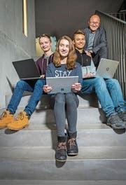 Die «Mint»-Schüler Nicola Uetz, Celine Bornhauser und Christian Geyer sitzen mit ihrem Klassenlehrer Bernhard Brunner auf der Treppe im Schulhaus der Kantonsschule Kreuzlingen. (Bild: Andrea Stalder)