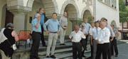 Die Mitglieder des Katholischen Kollegiums betrachten vom Baronenhaus aus den Hof zu Wil. (Bild: Gianni Amstutz)
