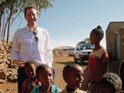 Souvenir aus Eritrea: SVP-Nationalrat Thomas Aeschi mit Kindern in einem eritreischen Dorf, das er mit Schweizer Parlamentariern besucht hat. (Bild: Thomas Aeschi)