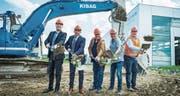 Produktionsleiter Giuseppe Chillari, CEO Oliver Dürr, Markus Thalmann und Rolf Uhler von der Gemeinde sowie Roland Kramer von der Kibag beim Spatenstich. (Bild: Andrea Stalder)