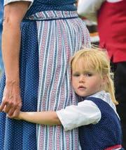 Kurz vor dem Auftritt: Dieses Mädchen ruht sich bei seiner Mutter aus. (Bild: Max Eichenberger)