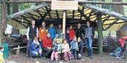 Stolz auf ihr Prachtstück: Das Team der Waldspielgruppe weiht zusammen mit den Beteiligten das Waldsofa ein. (Bild: lex)