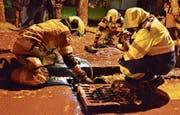 Angehörige der Stützpunktfeuerwehr Arbon beim Abpumpen von ölverschmutztem Wasser aus einem Schacht. (Bild: Max Eichenberger)