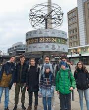 Gruppenbild auf dem Berliner Alexanderplatz: Die sieben Schüler und Lehrer Peter Zumbrunnen. (Bild: PD)