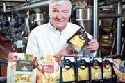 Norbert Grönefeld, Werksleiter der Ospelt Food AG mit den sechs Varianten Mezzelune/Ravioli, die alle die Höchstnoten erhielten. (Bild: PD)