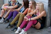 Y wie Y-Generation: Ihre Anhänger sind das Hauptreservoir für die grösste Techno-Parade der Welt. Elektro ist für die zwischen 1980 und 2000 Geborenen die alles beherrschende Musikrichtung. (Bild: Keystone)