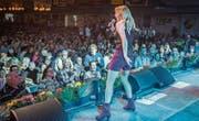 Melissa Naschenweng macht Stimmung am Alpenland Musikfestival. Auch nächstes Jahr soll das Festzelt so voll sein. (Bild: Reto Martin (6. Mai 2017))