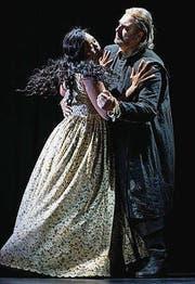 Elvira (Pretty Yende) und Sir Giorgio (Michele Pertusi). (Bild: Judith Schlosser)
