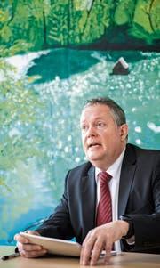 Stadtpräsident Thomas Niederberger erklärt in seinem Büro, weshalb er sich für die FDP entschieden hat. (Bild: Reto Martin)