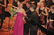 Für die Pianistin Arta Arnicane gab es viel Applaus und Blumen. Bild: Christof Lampart