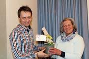 Präsident Thomas Alder dankt der zurücktretenden Aktuarin Margrit Rathgeb. Es wird noch jemand für ihre Nachfolge gesucht. (Bild: Trudi Krieg)