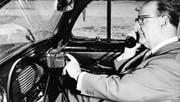 Grosser Fortschritt vor 40 Jahren: Ein Natel A im Auto, die Mobiltelefonie kommt in Fahrt. (Bild: Museumsstiftung Post und Telekommunikation/dapd)