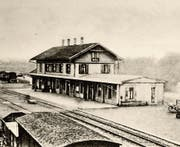 Als dieses Bild des Wiler Bahnhofs vor gut 100 Jahren entstand, musste für Bahnreisen noch markant mehr Zeit eingerechnet werden. (Bild: PD)