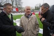 Hannes W. Keller umringt von Sportmoderator Rainer Maria Salzgeber (links) und dem ehemaligen Fussballprofi Andy Egli am Cupmatch Winterthur gegen Basel im Jahr 2012. (Bild: Urs Jaudas)