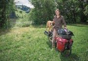 Der Nomade Andreas Knorr und sein Hund Checko reisen durch die Schweiz und machen am Gübsensee halt. (Bild: Samuel Schalch)