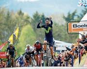 Der Spanier Alejandro Valverde ist einmal mehr der Schnellste am Ende der Mauer von Huy und gewinnt zum fünften Mal. Links der Ostschweizer Michael Albasini. (Bild: Julien Warnand/EPA)