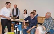 Präsident Reto Bischofberger (links) gratuliert den beiden neuen Ehrenmitgliedern. (Bild: rb)