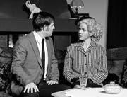 Sepp Gähwiler jun. als Simon Putnam, Alexandra Gächter als Brooke Carmichael (von links) in der Fabriggli-Eigenproduktion. (Bilder: Markus Plat)