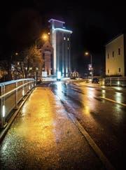 Bei Nacht erscheint das altehrwürdige Mühlegebäude neu in modernem Look. (Bild: Andrea Stalder)