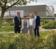 Regierungsrat Jakob Stark, Heimleiterin Susanne Schwizer, Stadträtin Käthi Zürcher und Stadtpräsident David H. Bon freuen sich über die gelungene Renovation.