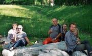 Die neue Sitzgelegenheit im Park. Vorne rechts im Bild ist der Künstler Ruben Maria Pfanner. (Bild: zVg)