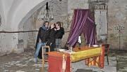 Graf Dracula lädt die Immobilienmaklerin zu sich aufs Schloss zu einem Dinner ein. Stimmig inszeniert in einem muffigen Keller.