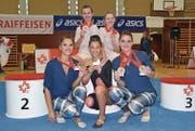 Die neuen Schweizer Meisterinnen Annika Wepfer, Olivia Fleischmann (oben), Claudia Bitzer und Noëmi Amrhein (unten) mit Vivian Tiefenthaler (Mitte), die eine Auszeichnung für den 4. Rang gewonnen hat. (Bild: PD)