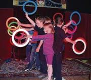 Primarschüler üben für die Abschlussvorstellung im Zirkus.