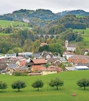 In Lütisburg wird die Kirche bei den Gesamterneuerungswahlen wohl im Dorf bleiben. (Archivbild: Urs Bucher)