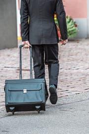 Ein Jurist betritt das Rathaus Kreuzlingen, in dem der Prozess stattfindet. (Bild: Thi My Lien Nguyen)