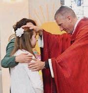 Bischofsvikar Ruedi Heim firmt eine Jugendliche. (Bild: Markus Bösch)