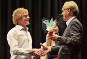 Stadtrat Peter Gubser (rechts) ehrt am Sonntagabend die Turn-Inkarnation Nick Sigg, Organisationschef des Rollstuhlsport-Events «Weltklasse in Arbon», als «Arboner des Jahres».