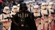 Darth Vader mit Sturmtruppen. (Bild: ap)