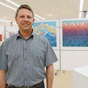 Michael Zöhrer, Präsident des Vereins Helemhealth direct in Buchs, hat die Ausstellung in der Spörry-Halle organisiert. (Bild: Hansruedi Rohrer)