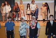 Zum Abschluss singen und tanzen die Schauspieler voll Begeisterung den «Johnny Daepp»-Song. (Bild: Hanspeter Thurnherr)