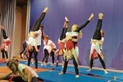 Die jungen Turnerinnen der kleinen Mädchenriege beeindrucken mit akrobatischen Übungen. (Bild: Rudolf Steiner)